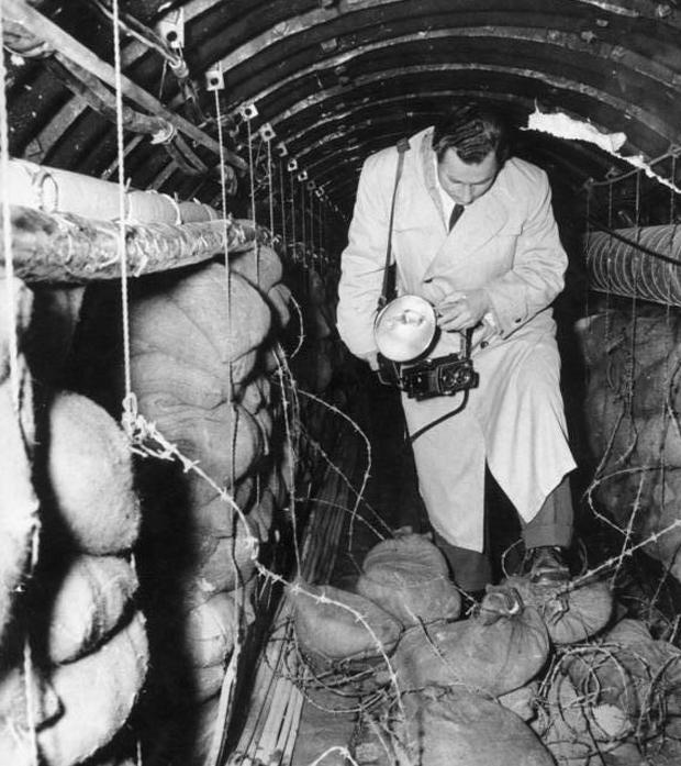 Корреспондент издания «Звезда» находится перед заграждениями, воздвигнутыми американцами в тоннеле