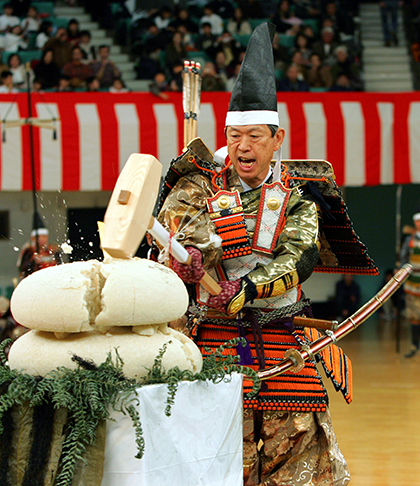 Former Japanese Foreign and Justice Minister Masahiko Komura, a lawmaker in the Lower House, dressed as a samurai warrior, performs a Kagami Biraki in Tokyo January 9, 2006. Kagami Biraki, the cutting of New Year rice cake, is part of New Year festivities in Japan. The practice has its origin in the 15th century, practised by samurai warriors to honour and purify their armour and weapons by offering mochi or rice cakes to the gods. REUTERS/