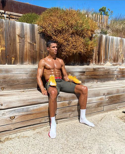 Криштиану Роналду в шортах Nike Football (Soccer) позирует для фото в своем Instagram
