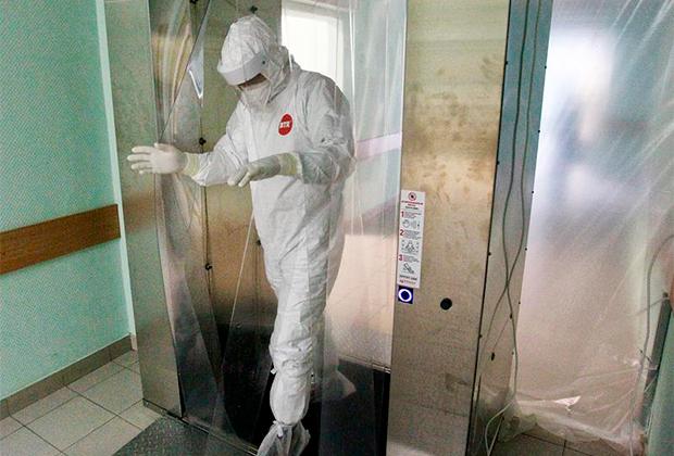 Медицинский работник в «красной зоне» клинической больницы