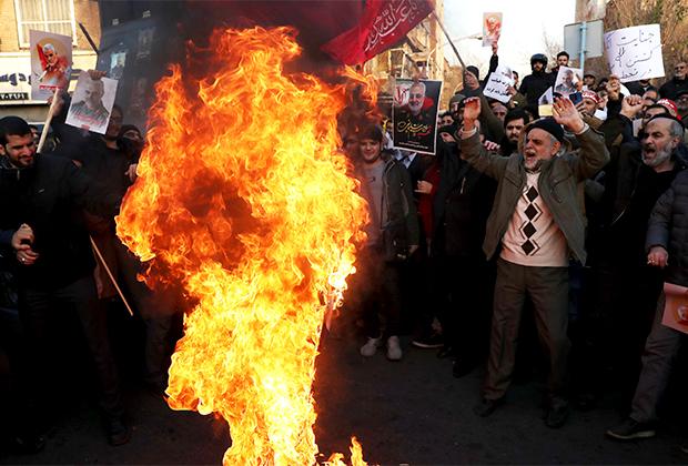 Протестующие у британского посольства в Тегеране после убийства Касема Сулеймани