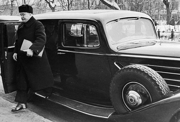 Вячеслав Молотов по дороге на заседание московского Совета министров, 1947 год. Машина — американский бронированный паккард
