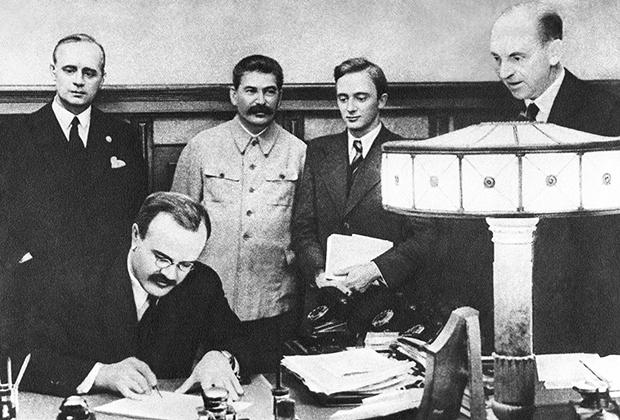 Нарком иностранных дел СССР Вячеслав Михайлович Молотов подписывает германо-советский договор о дружбе и границе между СССР и Германией, 1939 год