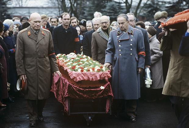 Прощание с бывшим председателем Совета народных комиссаров, первым заместителем председателя Совнаркома СССР и Совета министров СССР Вячеславом Молотовым на Новодевичьем кладбище, 12 ноября 1986 года