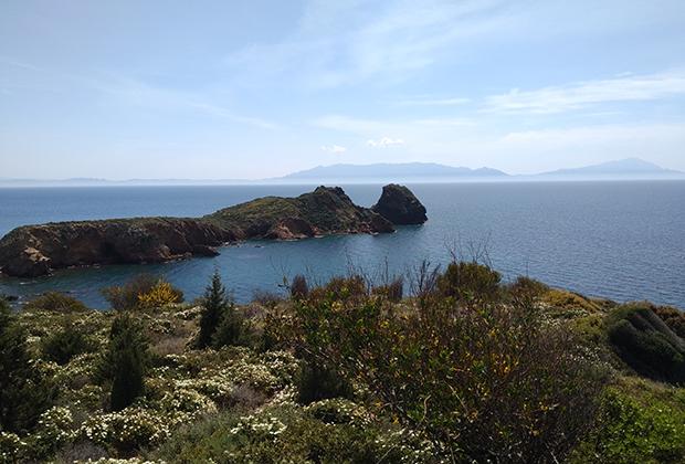 На горизонте греческий остров Самос