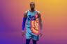 Оригинальный «Космический джем», культовая для выросших в 90-х детей безделушка, в которой Майкл Джордан в компании мультяшек из Looney Tunes на баскетбольном паркете отражал нашествие инопланетян, конечно, не была ни в коем случае хорошим кино. Тем не менее сиквел, где Джордана заменил король современного баскетбола Леброн Джеймс, может, на удивление, нести далеко не только ностальгическую ценность — сценаристом и продюсером выступил главный хитмейкер современного черного кино Райан Куглер, уже дважды в карьере срывавший кассу по всему миру с «Кридом» и «Черной Пантерой». <i>В прокате с 15 июля</i>