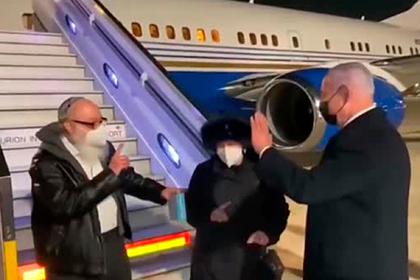 Отсидевший в США 30 лет шпион прилетел в Израиль и поцеловал землю