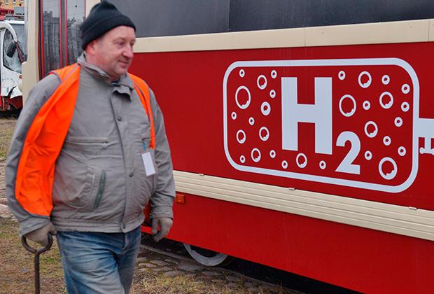 Российский трамвай ЛМ-68М с водородными топливными элементами