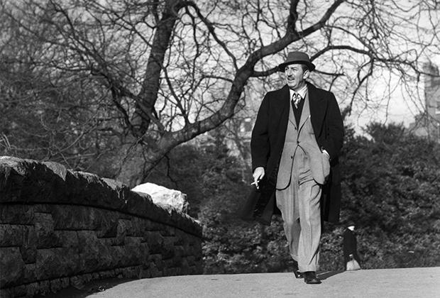 Уолт Дисней на прогулке в парке Святого Стефана в Дублине, 1946 год