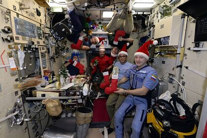 Российские космонавты на МКС поздравили жителей Земли с наступающим Новым годом