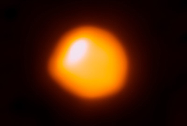 Детальное изображение нижней хромосферы Бетельгейзе, полученное наблюдением в субмиллиметровом диапазоне 9 ноября 2015 года на радиотелескопе ALMA