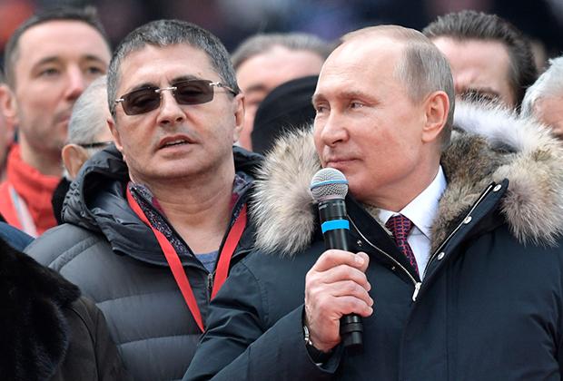 Кандидат в президенты РФ Владимир Путин со своими доверенными лицами на митинге «За сильную Россию!» в СК «Лужники». 3 марта 2018 года.