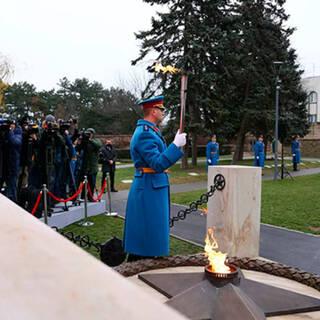 Церемония зажжения Вечного огня на кладбище Освободителей