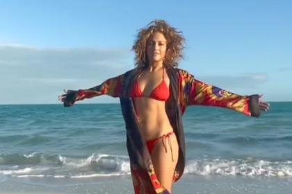 Дженнифер Лопес снялась на пляже в бикини и взволновала фанатов