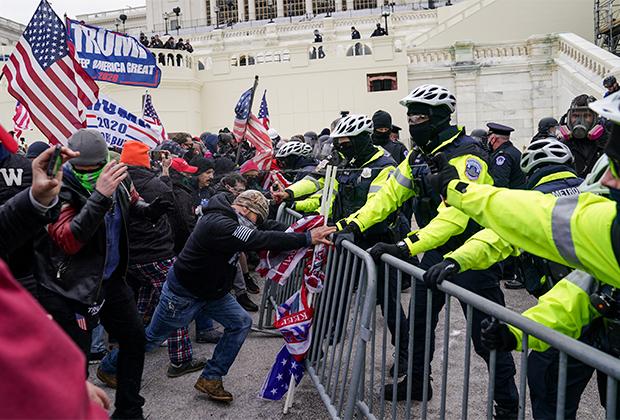 Сторонники Трампа пытаются прорвать оцепление у Капитолия