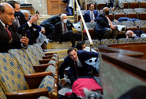 Люди в зале заседаний палаты представителей во время беспорядков в Капитолии