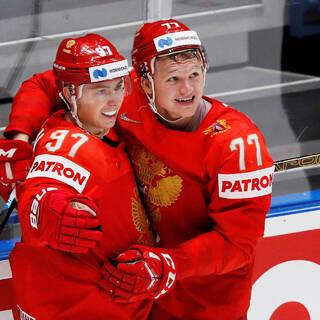 Кирилл Капризов (справа)