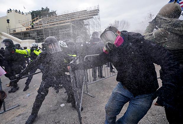 Сторонники Трампа пытаются прорвать оцепление возле Капитолия 6 января