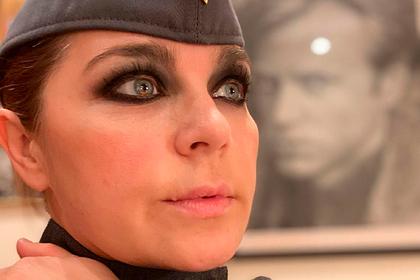 Российскую актрису затравили за яркий макияж и советскую пилотку