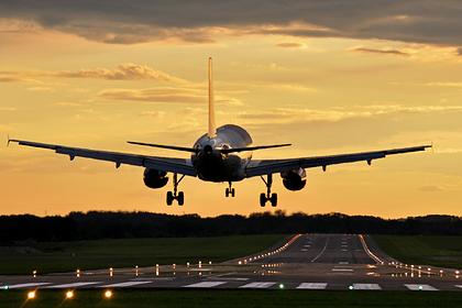 Российская стюардесса развеяла предрассудки о туалете на борту самолета: Мнения: Путешествия: Lenta.ru