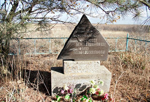 Мемориальный камень на месте убийства инкассаторов из Вилино