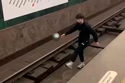 Поигравшего в мяч на путях петербуржца задумали не пускать в метро: Общество: Россия: Lenta.ru