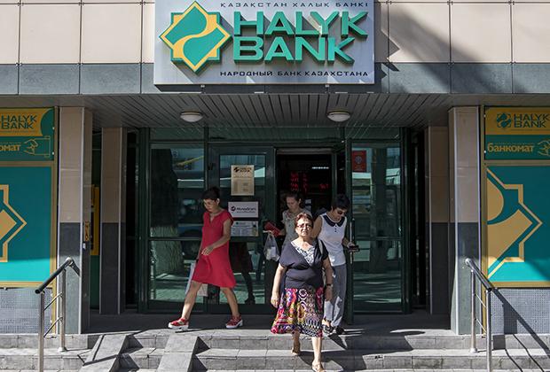 Посетители у «Народного банка Казахстана» в Алма-Ате