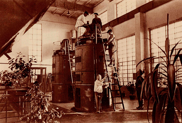 Озелененный силами жен инженеров цех. 1930-е годы