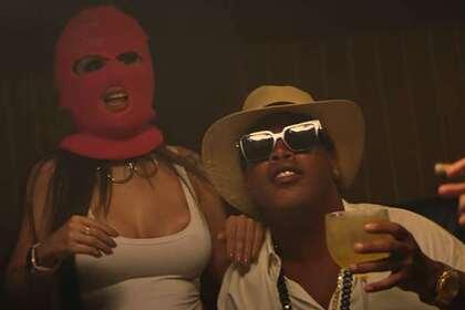 Окруженный моделями Роналдиньо появился в музыкальном клипе