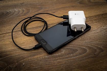 Эксперт рассказал об опасности заряжать смартфон