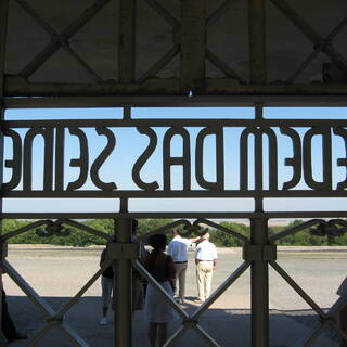 Надпись на воротах Бухенвальда «Каждому свое»