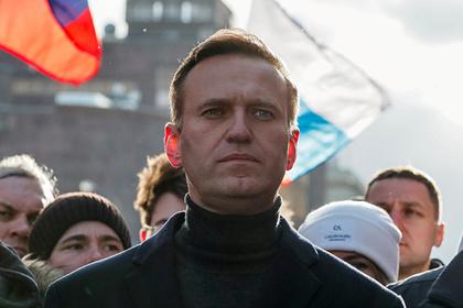 Навального привезли в аэропорт Берлина на правительственной машине с мигалками