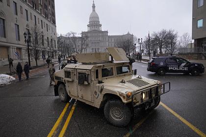 Вооруженные американцы пришли к зданию парламента в штате Мичиган
