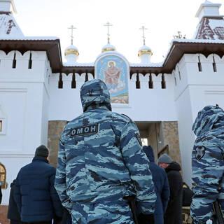 Сотрудники правоохранительных органов у Среднеуральского женского монастыря