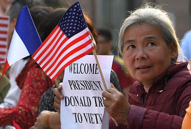 Люди собрались у места, где запланирован ужин Трампа и Кима в Ханое