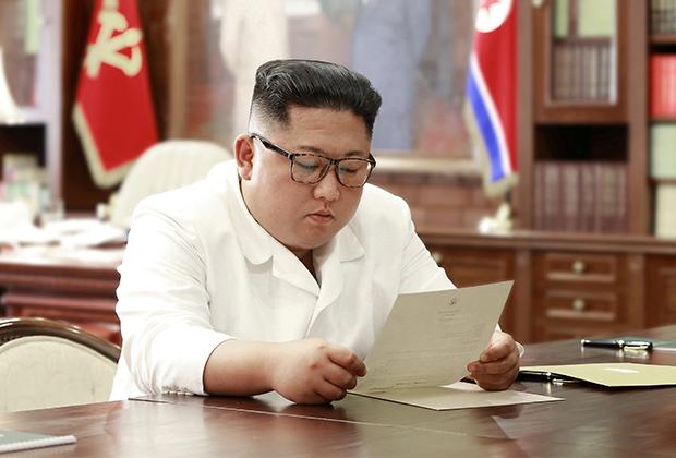 Ким Чен Ын читает письмо от Трампа