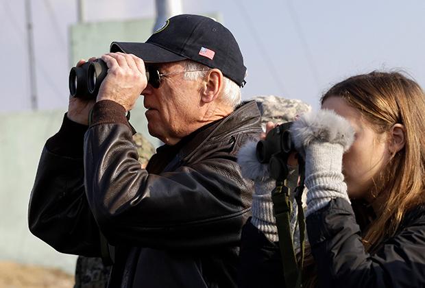 Байден вместе с внучкой смотрит на КНДР c наблюдательного пункта в демилитаризованной зоне