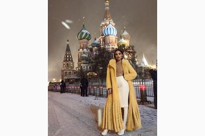 Российская модель снялась в просвечивающем грудь топе и шубе на фоне Кремля