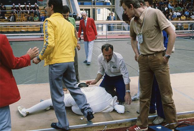 1980 год. Владимир Лапицкий после получения травмы на турнире рапиристов