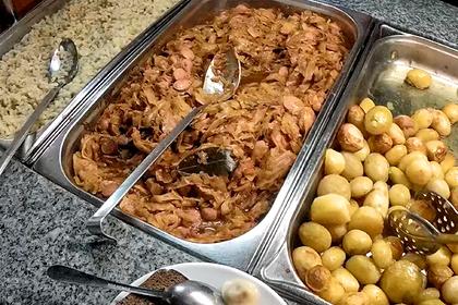 Россиянин описал шведский стол в популярном отеле Сочи словами «больничная еда»