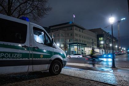 Закидавшего посольство США снежками противника Трампа задержали в Берлине