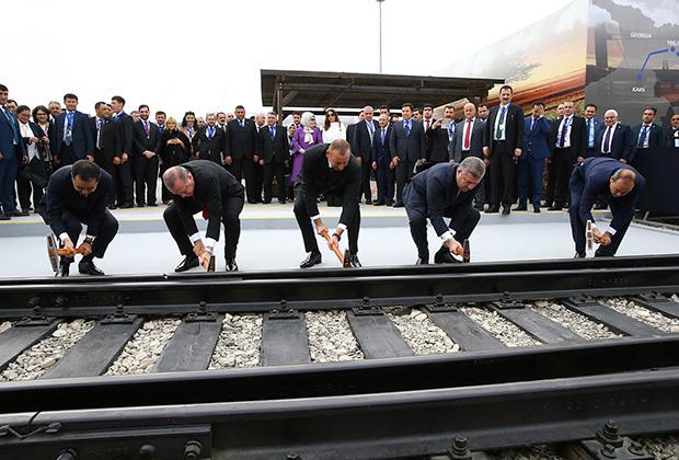 Открытие железнодорожного сообщения между Грузией и Азербайджаном. Президент Азербайджана Ильхам Алиев (в центре), тогдашний премьер-министр Грузии Георгий Квирикашвили (второй справа), и президент Турции Реджеп Тайип Эрдоган (второй слева)