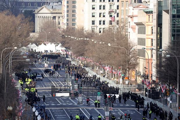 Сотрудники служб безопасности в Вашингтоне перед инаугурацией Байдена