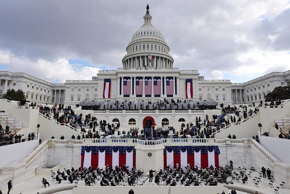 Серьезное усиление мер безопасности произошло после штурма Капитолия 6 января во время митинга сторонников ушедшего главы государства Дональда Трампа. Поддерживающие республиканца американцы собрались у здания Конгресса, чтобы высказать ему свою поддержку: в этот день законодатели должны были утвердить итоги выборов. Акция постепенно переросла в беспорядки, протестующие ворвались в Капитолий. В результате беспорядков в общей сложности погибли пять человек. <br></br> После произошедшего палата представителей Конгресса США начала процесс импичмента Трампа и приняла соответствующую резолюцию. Политика обвинили в подстрекательстве к мятежу, а также в том, что он «поставил под серьезную угрозу безопасность Соединенных Штатов и правительственные институты». Далее резолюцию направили на рассмотрение в сенат, однако он до окончания полномочий Трампа не собирался.