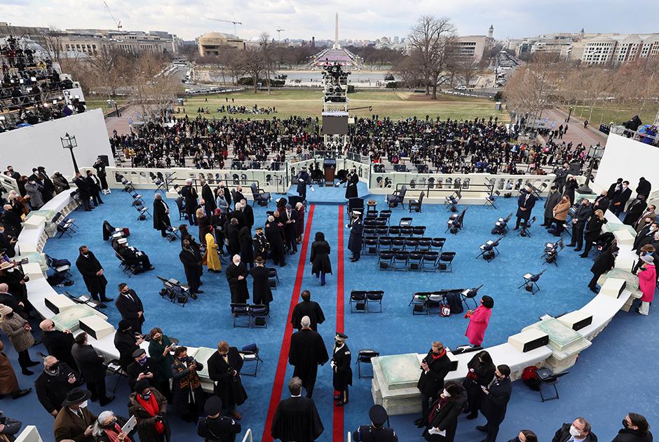Церемония принесения присяги прошла на западном крыльце Капитолия. Там она проводится с 1981 года.