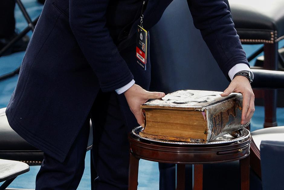 Традиционно на инаугурацию президента на Национальной аллее от мемориала Линкольна до Капитолия собирались и обычные американцы. В 2021 году вместо них там установили 200 тысяч флагов США.