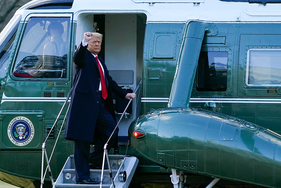 Трамп покинул Белый дом утром 20 января, за несколько часов до инаугурации Байдена. Он заявил, что президентство стало великой честью для него и ему удалось многого достичь за последние четыре года. «Я бы хотел попрощаться. Но надеюсь, что прощаемся мы ненадолго», — заявил Трамп журналистам.  <br></br> Затем он вместе с супругой Меланией посетил собственную прощальную церемонию на военном аэродроме Эндрюс в Мэриленде. Там политик пожелал успехов и удачи новой администрации, отметив, что его правительство создало для этого все предпосылки. Он также перечислил ключевые достижения своей администрации: создание космических войск США, улучшение экономики страны и разработку вакцины от коронавируса в рекордные сроки. <br></br> «До свидания. Мы любим вас. Мы вернемся в том или ином виде», — сказал Трамп. Толпа сторонников встретила его слова ликованием. После своей речи Трамп направился к вертолету под песню YMCA. Затем они с супругой улетели во Флориду, в свое поместье в Мар-а-Лаго.