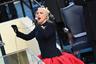 Гимн США на инаугурации Байдена исполнила певица Леди Гага. Это произошло за несколько минут до присяги избранного вице-президента Камалы Харрис. <br></br> Перед присягой самого Байдена в Капитолии выступила также Дженнифер Лопес. Она спела песню This Land is Your Land. При этом во время паузы между куплетами она выкрикнула лозунг на испанском языке: «Свобода и справедливость для всех!»
