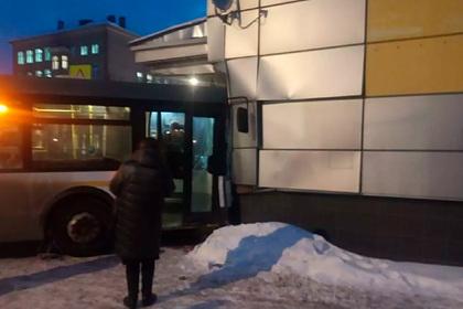 В российском городе автобус врезался в здание кинотеатра