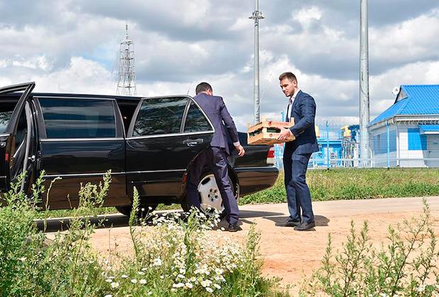 Лимузин  Жириновского во время посещения совхоза им Ленина.